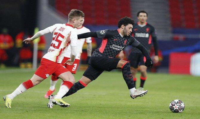 Dani Olmo persigue el balón en el partido de ida. Estos los nuestros picks para el Liverpool vs RB Leipzig