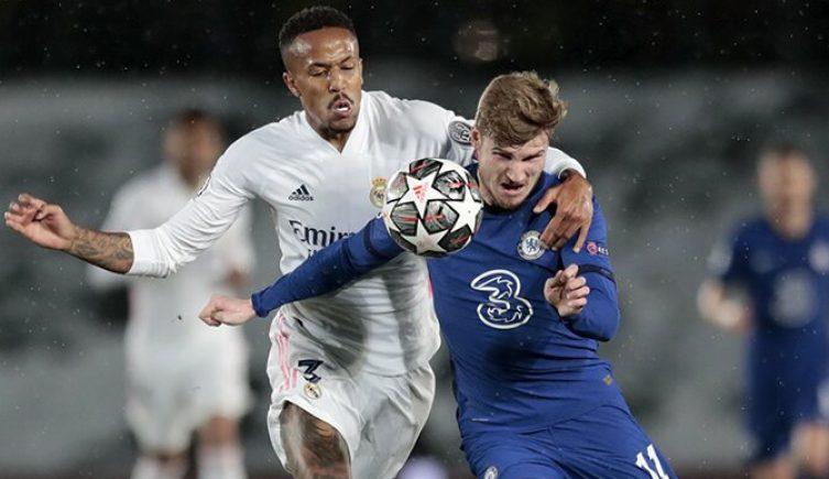 Militao y Werner luchan por controlar el balón. Cuotas y picks para el Chelsea vs Real Madrid.