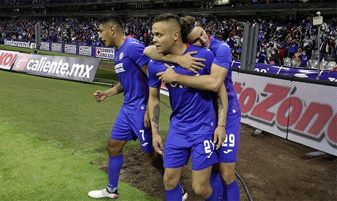 Jonathan Rodríguez celebra un gol junto a sus compañeros. Cuotas Cruz Azul vs Santos, Liga Mx.