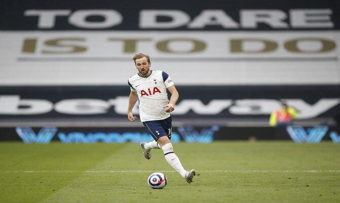 Kane controla el balón en la imagen. Cuotas para el Leicester City vs Tottenham, Premier League.