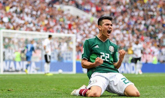 Hirving Lozano de rodillas celebrando un gol con su selección. Cuotas para el México vs Islandia.