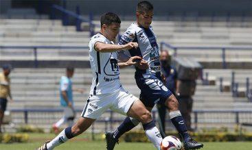 Imagen de dos jugadores luchando por el balón. Revisa nuestros picks para el Pumas vs América.