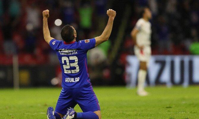 Pablo Aguilar celebra de rodillas sobre el césped. Cuotas para el Santos vs Cruz Azul de la Liga MX.