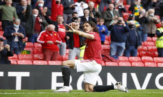 Edinson Cavani celebra un gol en la imagen. Pronósticos para el Villarreal vs Manchester United.