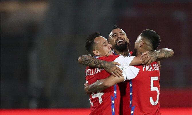 Arturo Vidal se abraza a sus compañeros en la imagen. Revisa las cuotas para el Argentina vs Chile.