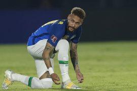 Neymar se ata las botas sobre el césped en la imagen. Picks de la segunda jornada Copa América 2021