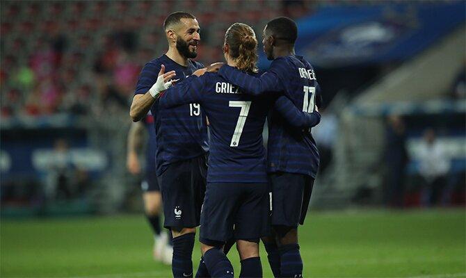Los delanteros de Francia celebran un gol. Cuotas y picks de la segunda jornada de la Euro 2020