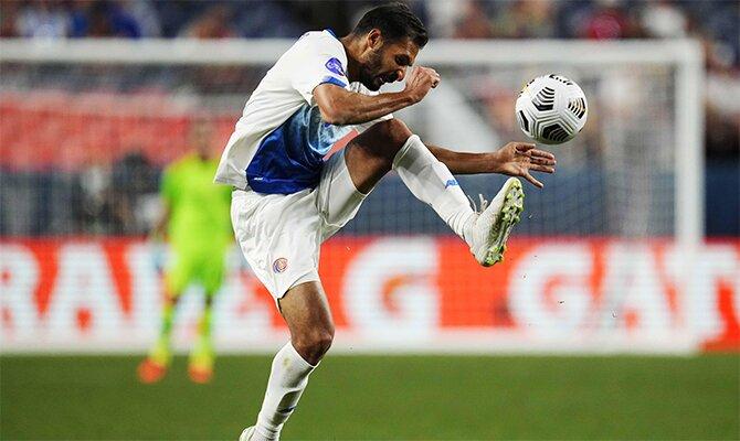 Bryan Ruiz controla el balón en la imagen. Cuotas y pronósticos para el Honduras vs Costa Rica.