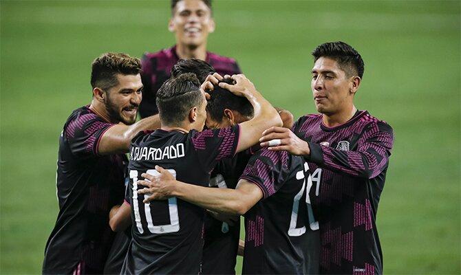 Varios jugadores del Tri se abrazan celebrando un gol. Pronósticos para el México vs Costa Rica.