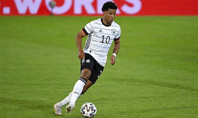 Gnabry controla el balón con la camiseta de la Mannschaft Cuotas Portugal vs Alemania Euro 2020.