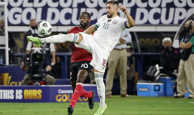Héctor Herrera lucha por el balón en la imagen. Cuotas Guatemala vs México de la Copa Oro 2021.