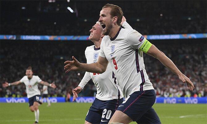 Harry Kane celebra un gol junto a Foden. Cuotas y picks Italia vs Inglaterra, final Euro 2020.