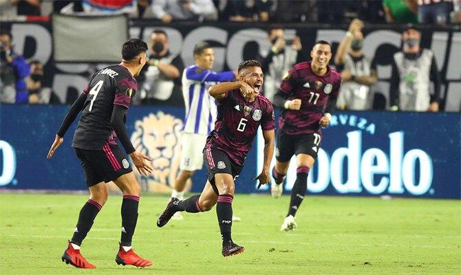 Jonathan Dos Santos celebra un gol con sus compañeros. Cuotas México vs Canadá de la Copa Oro 2021.