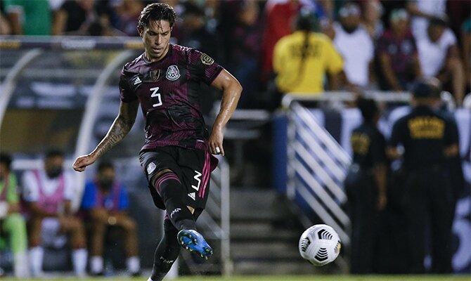 Imagen de Carlos Salcedo golpeando el balón. Cuotas México vs Honduras de la Copa Oro 2021.