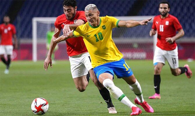 Richarlison se marcha de su rival en la imagen. Pronósticos final Tokio 2020, Brasil vs España.