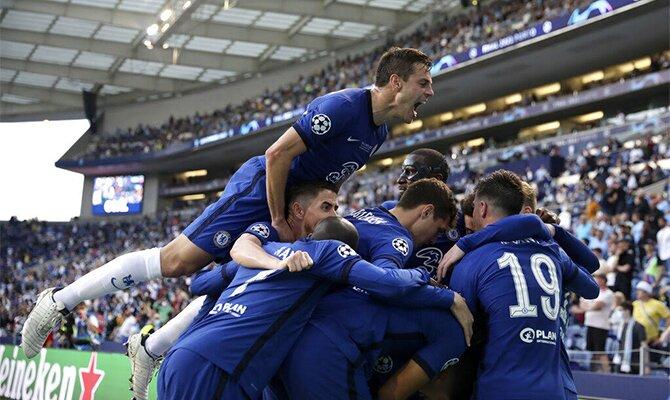César Azpilicueta salta sobre sus compañeros celebrando un gol. Cuotas Chelsea vs Villarreal.