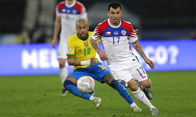 Neymar y Gary Medel disputan el balón. Pronósticos de la Eliminatoria de CONMEBOL: Chile vs Brasil.
