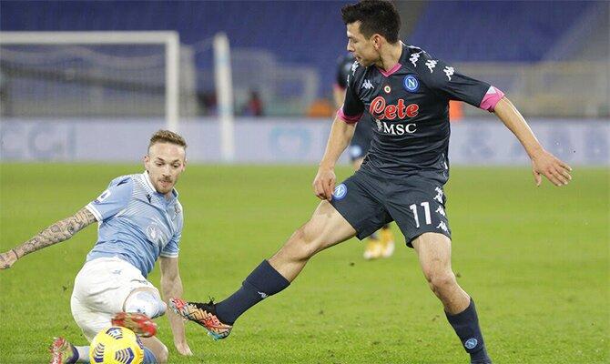 Hirving Lozano lucha por el balón en la imagen. Cuotas y picks Genoa vs Napoli de la Serie A.