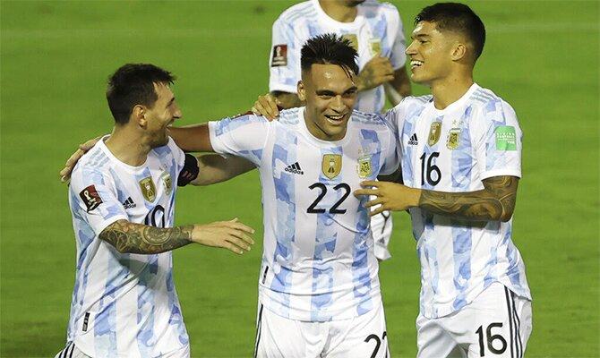 Lautaro y Messi se abrazan en la imagen junto a Correa. Cuotas y pronósticos Argentina vs Brasil.