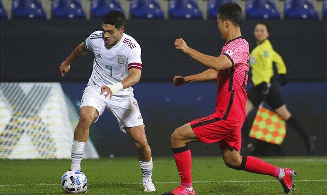 Imagen de Raúl Jiménez controlando el balón. Cuotas Eliminatoria de la CONCACAF, México vs Jamaica.