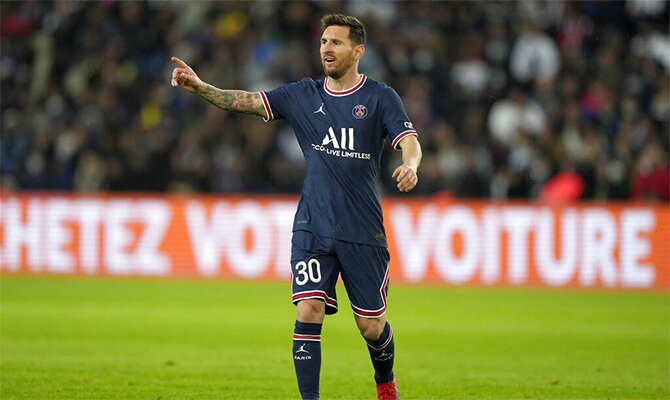 Messi hace un gesto a sus compañeros en la imagen. Champions League, cuotas PSG vs Manchester City.