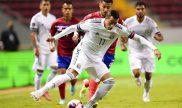 Rogelio Funes Mori controla el balón ante un rival. Cuotas y pronósticos Panamá vs México.