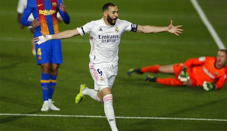 Karim Benzema abre los brazos para celebrar un gol. Cuotas Barcelona vs Real Madrid de LaLiga.
