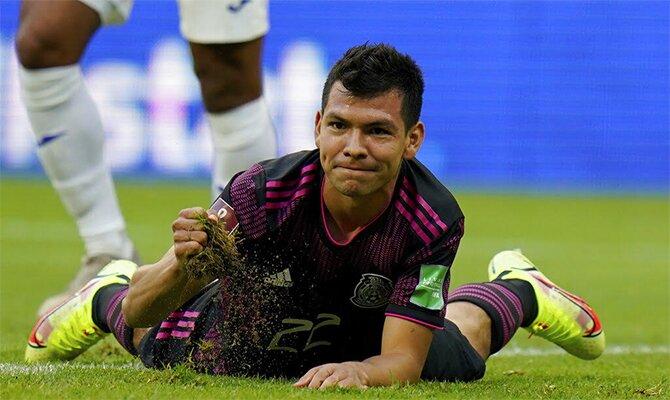 Hirving Lozano aparece tumbado en la imagen. Eliminatoria de CONCACAF, picks El Salvador vs México.